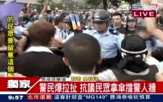 早上大約9點左右,學生、港警爆發推擠衝突。(圖擷取自三立)