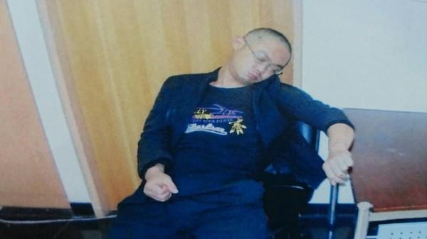 男子楊俊龍在派出所裡呼呼大睡。(記者徐聖倫翻攝)