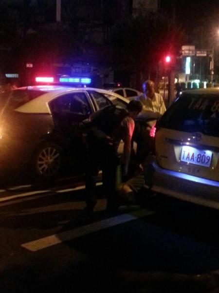 穿著白襯衫的受害司機向警方解釋案發經過。(圖為民眾提供)