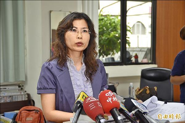 屏東地檢署主任檢察官楊婉莉說明起訴餿水油案八名被告。(記者葉永騫攝)