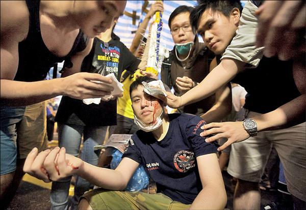 ▲銅鑼灣昨也爆發激烈衝突,圖為一名民主派支持者被打受傷流血。(歐新社)