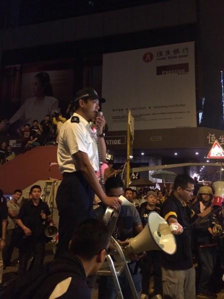 香港警方遭質疑放縱黑道和反佔中人士。(圖擷取自「香港獨立媒體網」臉書)