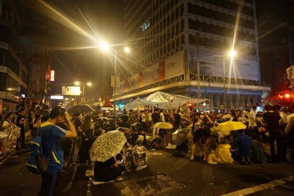 旺角遭反佔中襲擊後,彌敦道留守巿民於今晨3時重新搭建帳篷。(圖擷取自「香港獨立媒體網」臉書)