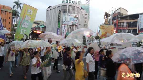 嘉義民主地標中央噴水池圓環出現「傘花撐民主」畫面,民眾以行動表達支持香港雨傘革命。(記者丁偉杰攝)