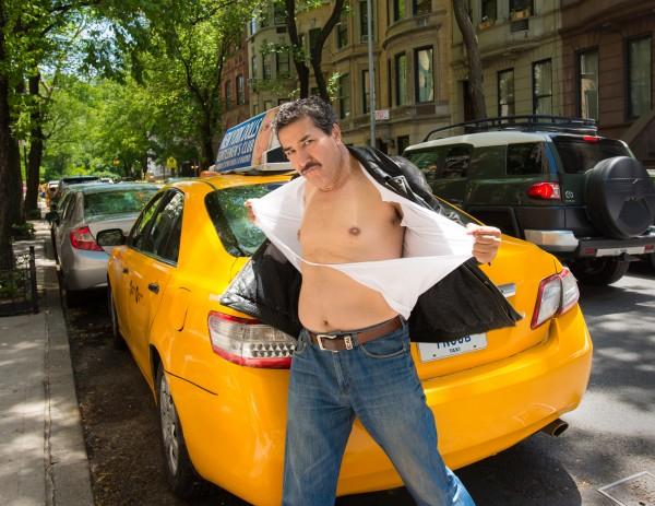 月曆主角多為俊男美女,帶紐約運將反而在月曆上大秀啤酒肚或胸毛。(取自NYC Taxi Drivers)