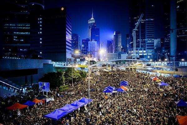 由香港專上學生聯會(學聯)、學民思潮、和平佔中行動、香港職工會聯盟等多個團體組成的「支援學界全民抗命聯合陣線」,昨晚在金鐘夏愨道舉行「全民反暴、和平抗爭」集會。(法新社)