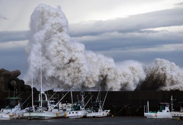 巴逢颱風登陸日本,目前已造成2人死亡、5人失蹤。(法新社)