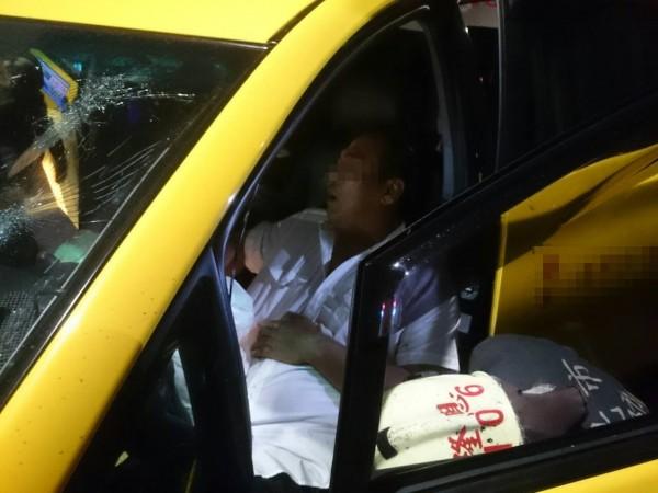 中年男性駕駛一度受困車內。(圖片民眾提供)
