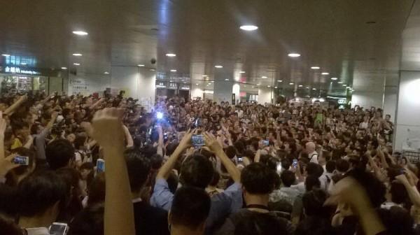 香港為了爭取真普選的佔領行動已進入第10天,雖然運動已進入政府與學生對話的階段,但今晚仍有反佔中人士到現場挑釁的狀況出現。(照片擷取自香港獨立媒體網)