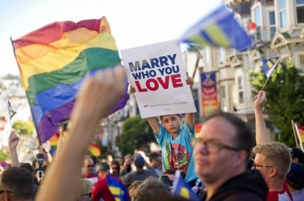 美國最高法院昨日做出重大決定,拒絕受理5個州提出的「保留同性婚姻禁令」申請,再加上近期即將通過6個州的同性婚姻合法化,短期之內美國允許同性婚姻的州數將增至30個。(圖擷取自《紐約每日新聞》)