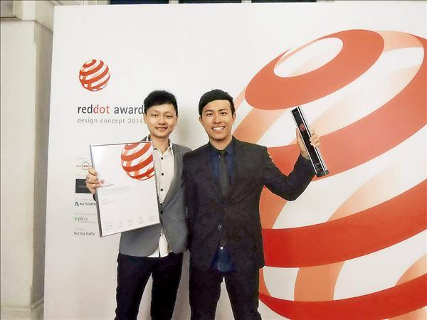 東海大學學生賴昱儒(右)與陳詩盛設計可讓女性借用公廁男廁空間的「紳士廁所」,獲紅點設計概念獎及最佳獎榮譽。(圖:東海提供)