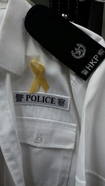 疑似一名香港警司在「向警察致敬!」臉書專頁PO出一張繫上黃絲帶的照片。(圖擷取自「向警察致敬!」臉書專頁)