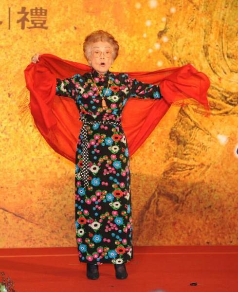 戴綺霞女士獲頒第三屆國家文資保存獎評選委員特別獎,,現場還唱上一段簡單京劇。(記者宋志雄攝)