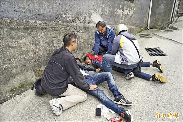 警方在蔡姓與彭姓2車手前來取款時,將2人制伏在地。(記者林嘉東攝)