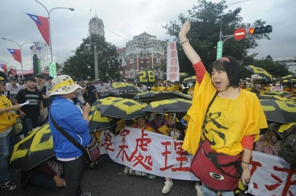 華隆自救會今天在總統府前抗議,要求代位求償,歸還退休金。(記者廖振輝攝)