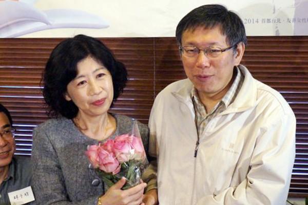無黨籍台北市長參選人柯文哲(右)雖然正在美國參訪,但他的妻子陳佩琪(中)仍在台北努力幫丈夫輔選,她除了在臉書為自家清白辯護外,明日也將到信義威秀中庭廣場向民眾拜票。(資料照,記者涂鉅旻攝)