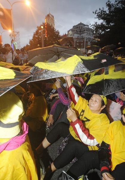 華隆自救會今天在總統府前抗議,要求政府代墊退休金再向僱主求償,勞動部鬆口表示已經在研擬修法。(記者廖振輝攝)