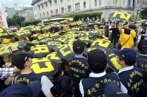 華隆自救會下午突襲總統府,遭大批警方人員包圍管制。(記者廖振輝攝)
