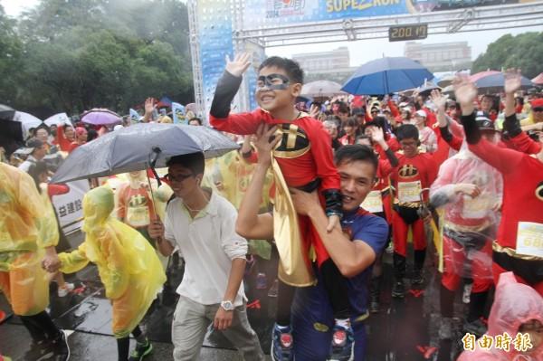國慶超人路跑風雨無阻舉行。(記者黃美珠攝)