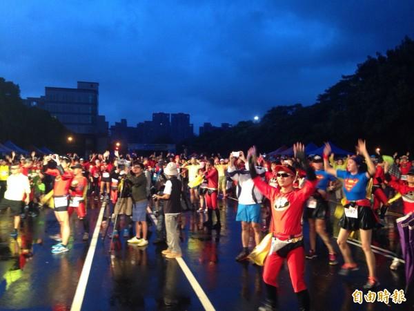 新竹縣國慶超人路跑清晨6點,天色微亮上陣。(記者黃美珠攝)