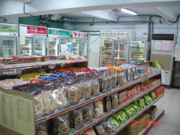 台北市、台南市、新北市及桃園縣相繼宣布,各級學校合作社將暫停供應頂新及味全的產品。(圖為建中合作社,建中合作社提供)