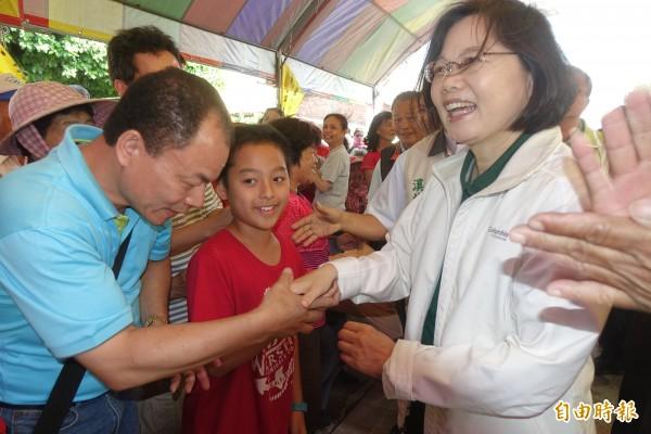 蔡英文在彰化縣溪州鄉震威宮與民眾熱情握手。(記者劉曉欣攝)