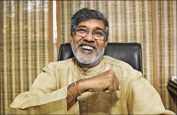 印度兒童權利運動人士沙提雅提十日在印度首都新德里的辦公室內得知獲得和平獎後,不由得高興大笑。(路透)