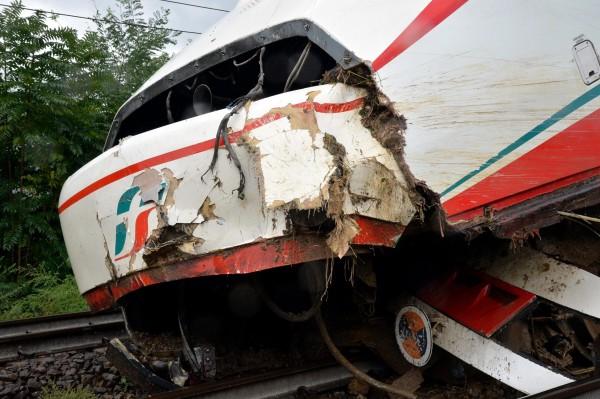 熱那亞北部山區坍方,導致一輛由熱那亞開往都靈(Turin)的火車出軌,所幸車上150名乘客安然無恙。(歐新社)
