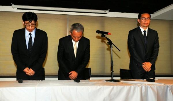 魏應充與頂新集團兩位公司總經理何育仁、陳茂嘉90度鞠躬道歉。(記者王敏為攝)