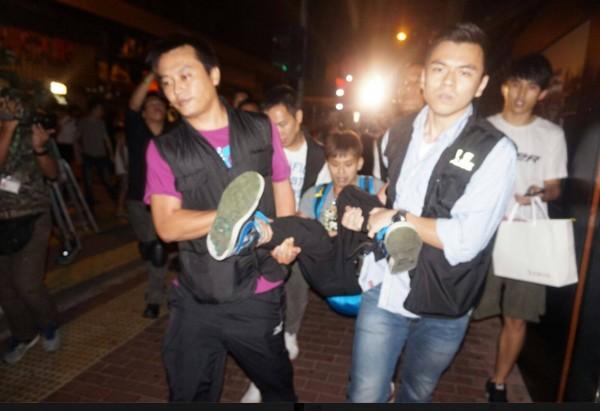 警方將示威男子抬離現場。(圖擷取自香港讀立媒體網)