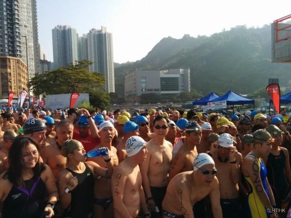 「維港渡海泳」今日舉行,許多參加選手在身上書寫「民主」和「真普選」等字眼,更有選手在身上畫雨傘圖案,力挺「雨傘革命」。(擷取自網路)