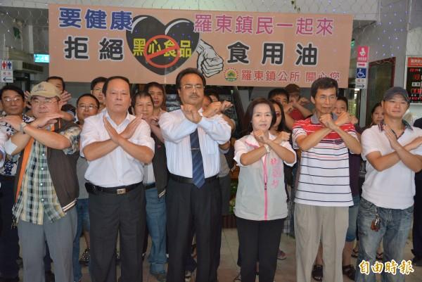 鎮長林姿妙(右三)和羅東夜市攤商共同宣示拒絕黑心油。(記者朱則瑋攝)