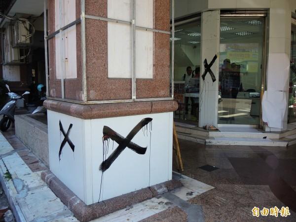 台中市一家台灣之星門市遭噴黑色XX和黑心字樣。(記者林良昇攝)