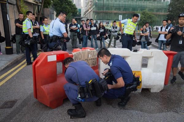 香港警方稱,搬走障礙物是取回政府物件,也讓道路暢通,否認清場。(彭博)