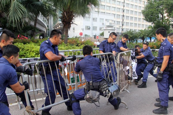 香港警方今天早上在中環、金鐘一帶,拆除由佔中人士架設的路障,引發清場疑慮。(法新社)