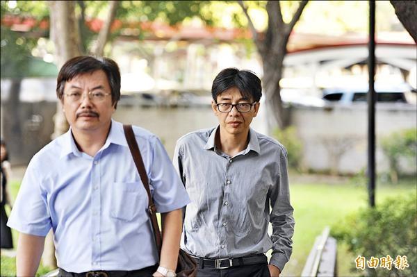 正義總經理何育仁(右)在律師陪同下,昨到雄檢出庭。(記者張忠義攝)