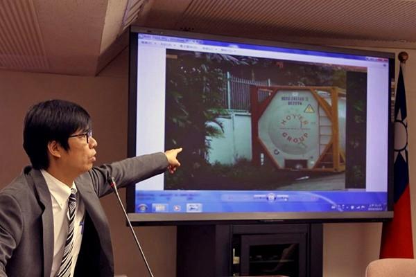 陳其邁揭露越南大幸福油廠內部的油槽及周邊環境。(取自上下游新聞市集)