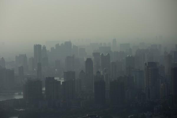 中國北京市霧霾嚴重,為確保APEC期間污染減少,北京宣佈給政府部門和中小學生放假六天。(資料照,彭博新聞社)