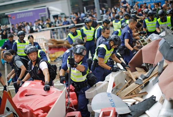 香港警方十四日移除金鐘佔中據點的路障。(路透)