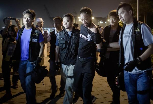 公民黨成員曾健超遭到多名暴警圍毆。(法新社)