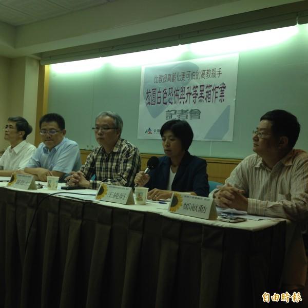 東華大學3名教授今天在全國教師工會總聯合會的陪同下召開記者會,指控校方不把法律放在眼裡,黑箱治校,要求教育部介入調查。(記者林曉雲攝)