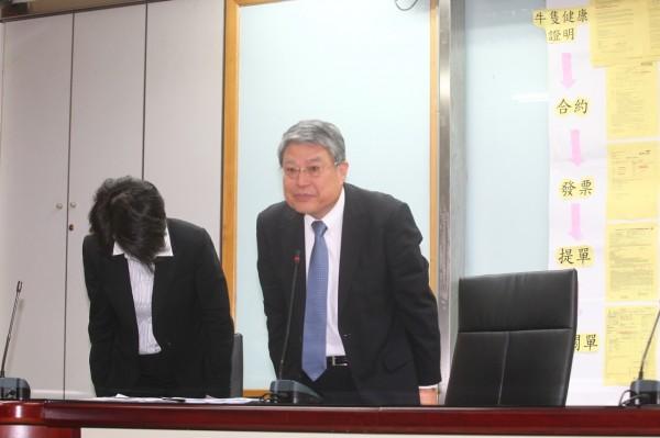 南僑總經理李勘文因食用油報關不實,鞠躬向大眾道歉。(記者蔡亞樺攝)