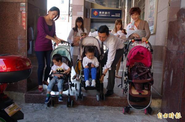 新竹市長參選人林智堅(中)與媽媽們實際測試推嬰兒推車走高低坎坷的騎樓,眾人都喊實在太痛苦!(記者蔡彰盛攝)