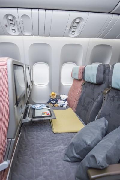 華航首架777-300ER客機內附免費空中社交軟體「Seat Chat」,將整架客機變成大型空中聊天室。(資料照,華航提供)