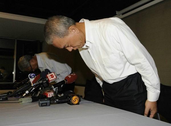 頂新二董魏應交(左)在味全總部召開的記者會中指出,頂新將全面退出台灣油品生產市場,三董魏應充(右)則全場未發一語。(記者陳志曲攝)