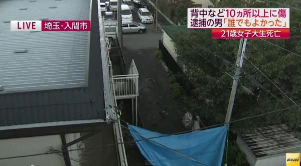 警方蒐證後的犯案現場,位於公寓及學校間的小道,路口右轉便是死者住處,約步行20至30公尺。(圖擷取自FNN新聞)
