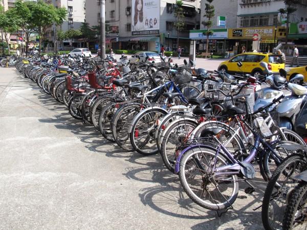 台北捷運松山線年底前將通車,沿線南京東、西路和八德路等路段,北市交通局將增設1000多格自行車停車架,特別以轉乘站因有較大需求、增設數量最多。(資料照,記者謝佳君攝)