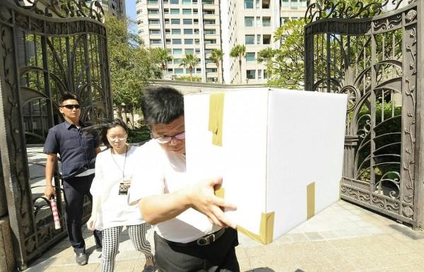 檢調加派人力進帝寶搜索並查扣1箱證物。(記者陳志曲攝)