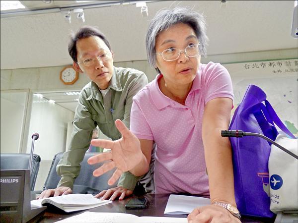 潘翰聲(左)與洪美惠擔任保護區處理原則專案小組委員。(記者郭安家攝)