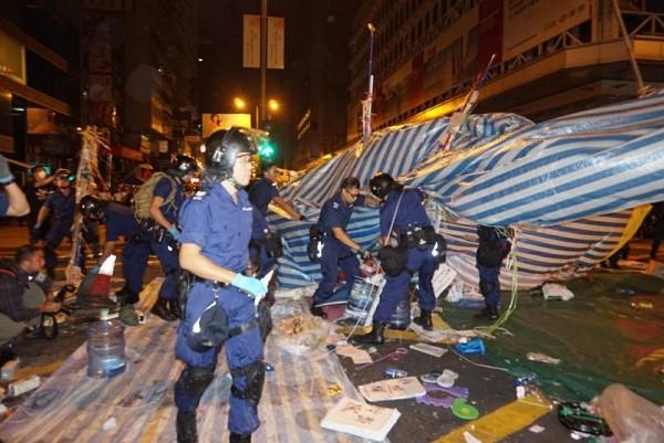今天凌晨港警突襲旺角示威區,半小時內就拆除大部分的障礙物及帳篷,警方聲稱不是要清場,只是希望移除道路上的障礙物及危險物品。(圖取自香港獨立媒體網)